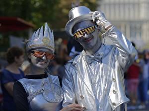 Hintergrundbilder Mann Zwei Der Hut Brille Lächeln Handschuh Cosplay Silber Farbe Mädchens
