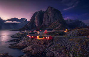 Hintergrundbilder Norwegen Lofoten Gebirge Abend Gebäude Küste Bucht Natur