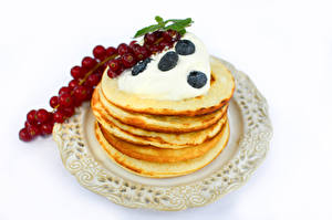 Photo Pancake Currant Blueberries Sour cream White background Plate Food
