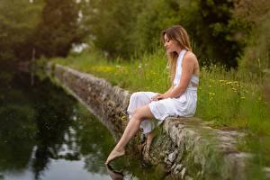 Hintergrundbilder Teich Sitzen Kleid Bein junge Frauen