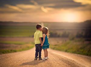 Fotos Straße Unscharfer Hintergrund Zwei Kuss Jungen Kleine Mädchen Kinder