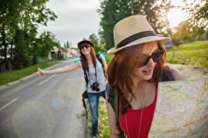 Hintergrundbilder Straße 2 Reisender Braunhaarige Der Hut Brille Touristik Mädchens