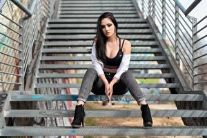 Bilder Treppen Pose Sitzend Jeans Dekolleté Haar Hübsch Brünette Starren junge frau