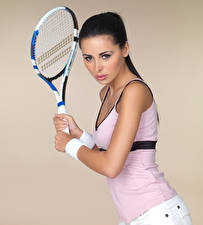 Hintergrundbilder Tennis Farbigen hintergrund Brünette Starren Hand Posiert Sport Mädchens