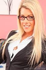 Bilder Tillie Model Blondine Blick Brille Lächeln Haar Mädchens
