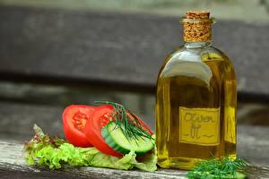 Bakgrundsbilder på skrivbordet Tomat Gurkor Bokeh Flaska Olja Skivad mat