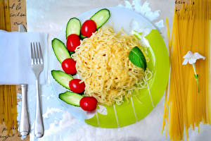 Bureaubladachtergronden Tomaten Komkommers Kazen Bord maaltijd Macaroni Vork Voedsel