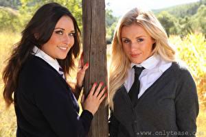 Fotos Zoe Alexandra Amy Green 2 Blond Mädchen Braunhaarige Blick Lächeln Hand Krawatte