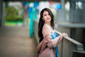Bilder Asiatisches Unscharfer Hintergrund Posiert Brünette Nett Haar Mädchens