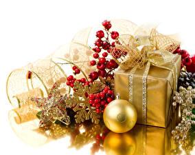 Desktop hintergrundbilder Neujahr Beere Geschenke Kugeln Stern-Dekoration Schneeflocken Gold Farbe