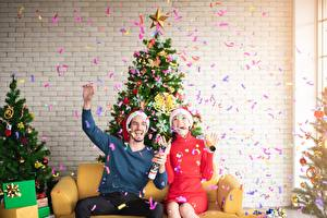 Bilder Neujahr Mann Feiertage Tannenbaum Zwei Mütze Sitzend Glücklich Konfetti