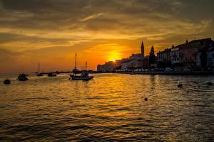 Bilder Kroatien Morgendämmerung und Sonnenuntergang Schiffsanleger Motorboot Abend Rovinj Städte