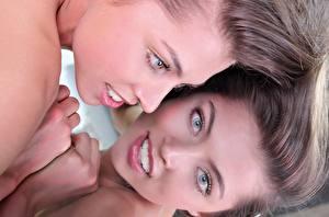 Fotos FERGIE A Valentina Kolesnikova Hautnah Gesicht Dunkelbraun Blick Hand Spiegelung Spiegelbild junge Frauen