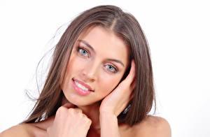 Hintergrundbilder FERGIE A Valentina Kolesnikova Weißer hintergrund Braunhaarige Starren Lächeln Hand Schönes Gesicht junge frau