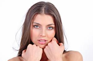 Bilder FERGIE A Valentina Kolesnikova Weißer hintergrund Braunhaarige Blick Hand Schön Mädchens