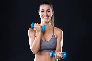 Hintergrundbilder Fitness Hanteln Lächeln Schwarzer Hintergrund Sport Mädchens