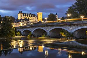 Fotos Frankreich Burg Flusse Brücke Abend Straßenlaterne Castle and Bridge in Pau Städte