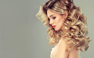 Fotos Grauer Hintergrund Blondine Haar Ohrring Seitlich Hübscher Frisur