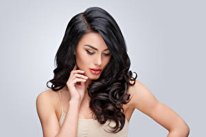 Hintergrundbilder Grauer Hintergrund Brünette Haar Hand Frisuren junge frau