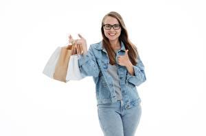 Hintergrundbilder Handtasche Weißer hintergrund Braunhaarige Brille Lächeln Jacke Hand Jeans Kaufen Tüte junge frau