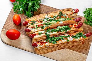 Bilder Hotdog Wiener Würstchen Tomaten Schneidebrett das Essen