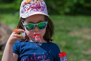 Hintergrundbilder Kleine Mädchen Baseballcap Brille Hand Seifenblasen Kinder