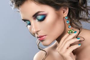 Bilder Make Up Model Gesicht Ohrring junge Frauen
