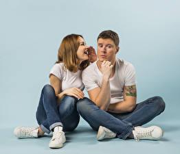Hintergrundbilder Mann Farbigen hintergrund Zwei Braunhaarige Sitzend Jeans Hand Mädchens