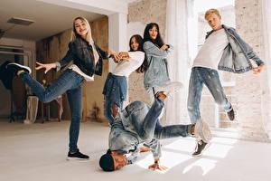 Fotos Mann Tanz Sprung Jeans junge Frauen