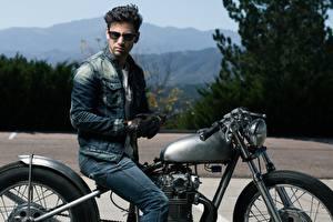 Bilder Mann Brille Jacke Handschuh Sitzt Jeans Motorräder