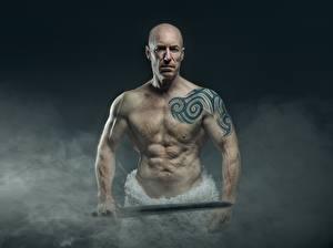 Hintergrundbilder Mann Rauch Glatze Tätowierung Hand Schwert Alter Muskeln