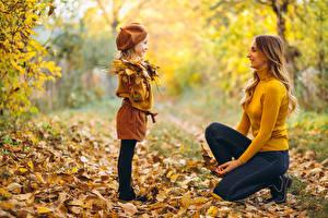 Fotos Mutter Herbst Unscharfer Hintergrund Kleine Mädchen Blatt Lächeln Sweatshirt Jeans Kinder Mädchens