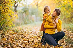 Fotos Mutter Herbst Unscharfer Hintergrund Zwei Kleine Mädchen Sweatshirt kind