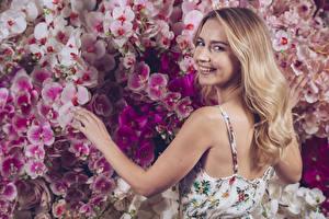 Bilder Orchidee Blondine Lächeln Haar Hand Starren Rücken