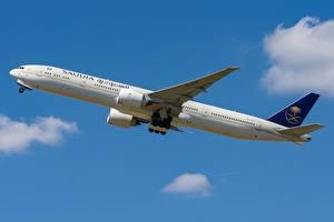 Tapety na pulpit Samolot pasażerski Boeing Widok z boku Saudi Arabian Airlines, 777-300ER