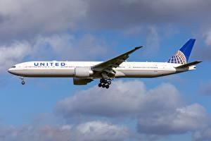 Tapety na pulpit Samolot pasażerski Boeing Widok z boku United Airlines, 777-300ER