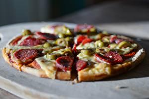 Hintergrundbilder Pizza Großansicht Wurst Oliven Bokeh Geschnitten Stück das Essen