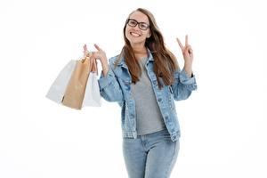 Bilder Einkaufen Tüte Weißer hintergrund Braunhaarige Brille Lächeln Jacke Hand Jeans junge Frauen
