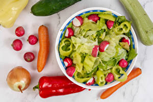 Fotos Salat Gemüse Paprika Zwiebel Mohrrübe Radieschen Teller Lebensmittel