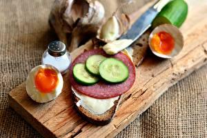 Bureaubladachtergronden Worsten Komkommers Brood Boterham Een ei Snijplank