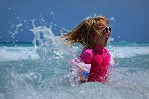 Fotos Meer Wasser spritzt Kleine Mädchen Brille Glücklich Schrei kind