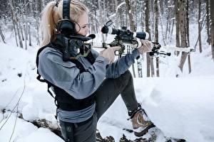 Desktop hintergrundbilder Scharfschützengewehr Winter Scharfschütze Blond Mädchen Kopfhörer Pose DVL-10 M2 Urbana junge frau Heer