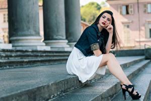 Hintergrundbilder Treppen Posiert Sitzen Bein Schönes Brünette Blick junge Frauen