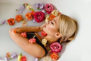 Fotos Schläft Badezimmer Blondine Hübsche Ulyana Mizinova, Victoria Spitsyna Mädchens Blumen