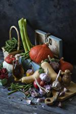 Bilder Gemüse Kürbisse Knoblauch Johannisbeeren Bretter Schneidebrett Flasche das Essen