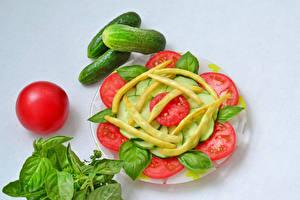 Bureaubladachtergronden Groente Tomaten Komkommers Grijze achtergrond Borden Gesneden voedsel Basilicum