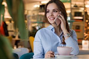 Hintergrundbilder Armbanduhr Café Braunhaarige Sitzen Blick Lächeln Smartphone Hand Hemd Mädchens
