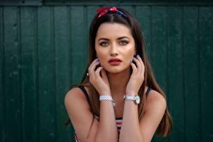 Bilder Armbanduhr Hand Blick Haar Braunhaarige junge Frauen