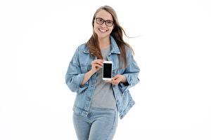 Hintergrundbilder Weißer hintergrund Braunhaarige Brille Lächeln Hand Smartphones Jacke Jeans junge Frauen