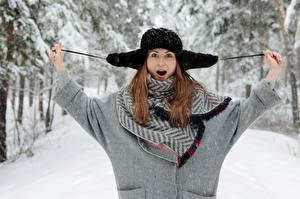 Hintergrundbilder Winter Schnee Braune Haare Hand Mütze Erstaunen Mädchens